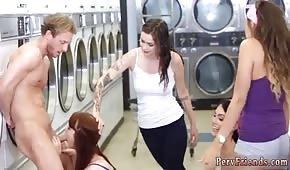 Ładne dziewczyny ciągną fiuta w pralni