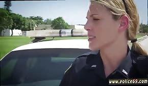 Ładna policjantka ciągnie fiuta pod gołym niebem