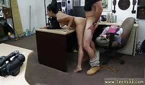 Numerek na biurku z kuszącą brunetką