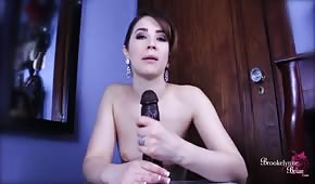 Szalona brunetka trzepie gumowego fiuta