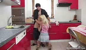 Mama pada na kolana i ciągnie fiuta w aucie