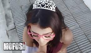 Księżniczka ciągnie fiuta przed seksem