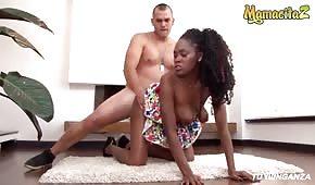Seks na dywaniku z fajną murzynką