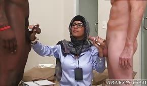 Nieśmiała Arabka trzepie dwa kutasy