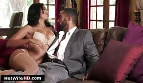 Seks na skórzanej kanapie z Latynoską
