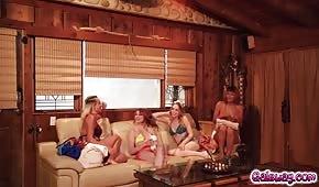 Słodkie dziewczyny zabawiają się w wakacyjnym domku